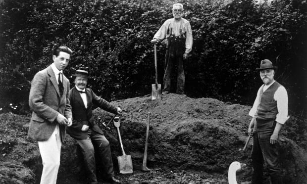 1912 년에 필트다운인이 발견된 서섹스에서 땅을 파고 있는 사람들. 필트다운인은 여러 해 동안 진화의 잃어버린 고리라고 생각되었으나 실은 거짓이었다. Photograph: Nils Jorgensen/REX