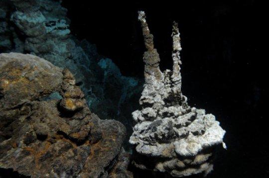 '로키' 가 발견된 해양퇴적물과 가까운 곳에 있는 북극 중앙해령 열수분출구의 사진. 이 열수분출구는 노르웨이 베르겐 대학의 지구생물학 센터의 연구자들이 발견했다. Credit: Centre for Geobiology (University of Bergen, Norway) by R.B. Pedersen