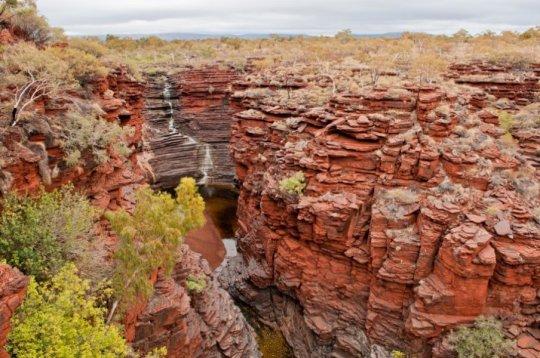 서부 오스트레일리아 카리지니 국립공원의 사진에서 볼 수 있는 것과 비슷한 암석의 시추 코어 시료를 조사한 위스컨신 대학 매디슨의 연구자들은 철 원자의 절반 정도가 25억년 전 얕은 바다에서 미생물들의 대사에 이용되었던 것이라고 밝혔다. Credit: Courtesy of Clark Johnson
