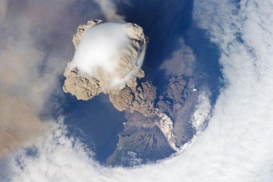 일본 북동부 쿠릴 열도의 사리체프 화산에서 화산재가 뿜어 오르는 모습. 2009년 6월 12일, 아직 화산분출이 초기 단계일 때 국제우주정거장에서 찍은 사진. Credits: NASA