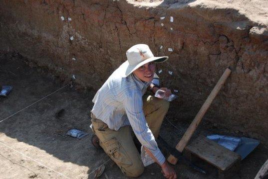 """논쟁의 대상이 된 두 개의 뼈 중 하나인 화석화된 갈비뼈의 자국에 대한 디테일. """"현재 접근가능한 모든 자료를 가지고 추론해 볼 때 이 자국과 가장 잘 맞아들어가는 것은 석기로 동물을 도살할 때 생긴 자국이라는 것입니다."""" 에모리 대학의 인류학자인 제시카 톰슨의 말이다. Credit: Photo by Zeresenay Alemseged."""