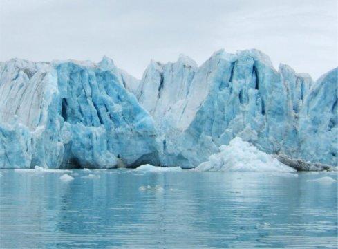 스피츠베르겐의 빙상이 갈라져 떨어져 나오고 있다. Credit: David Thornalley