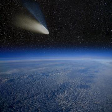지구 위를 날아가는 헤일-밥 혜성. Credit: ⓒ marcel / Fotolia