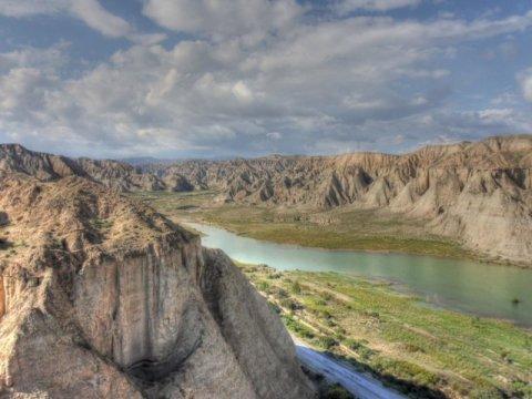 티벳 고원 북동쪽에 위치한 황허의 지류. 최근 연구 결과에 의하면 황허는 융기하고 있는 티벳 고원을 침식하고 깎아냈고, 여기서 바람에 날린 황토가 중국 황투고원 (黄土高原 Chinese Loess Plateau) 을 형성했다. 황투고원은 과거 기후의 기록이 남아있는 세계에서 가장 중요한 장소들 중 하나이다. Credit: Thomas Stevens