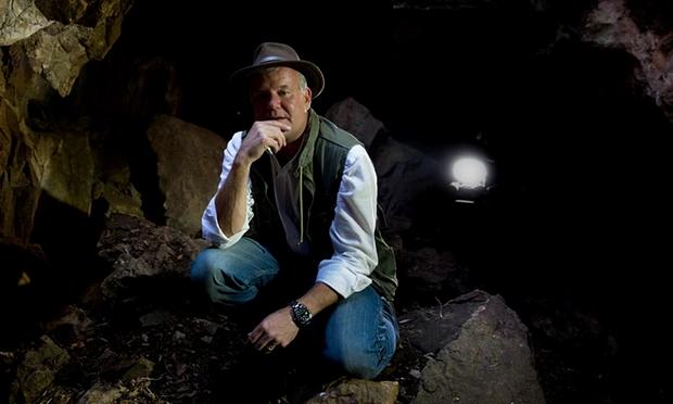 호모 날레디라고 명명된 새로운 초기 인류 종이 발견된 남아프리카 라이징 스타 동굴 안에서의 리 버거 교수 모습. Greatstock / Barcroft Media/Greatstock / Barcroft Media