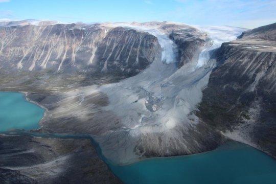 빙하는 추운 시기에 전진하고 따뜻한 시기에 후툏나다. 위에 보이는 그린랜드의 빙하 두 개는 현재 바이킹이 도착했던 시기에 있었을 위치보다 뒤로 후퇴하고 있다. Credit: Jason Briner
